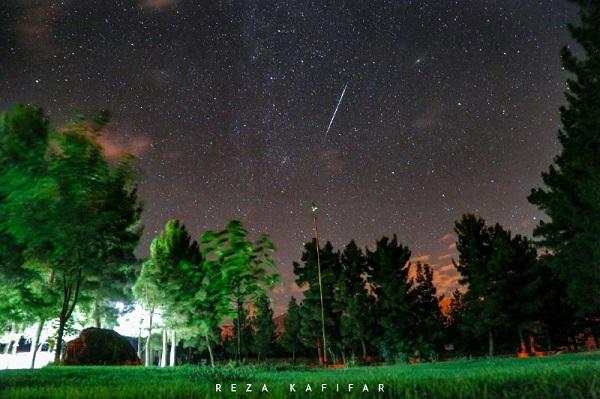 تصویری زیبا از گذر شهاب سنگ در آسمان شب