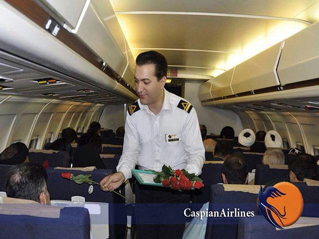 استقبال از مسافران دزفول با شاخه گل/ شروع پروازهای دزفول به مشهد از سوم تیر ماه