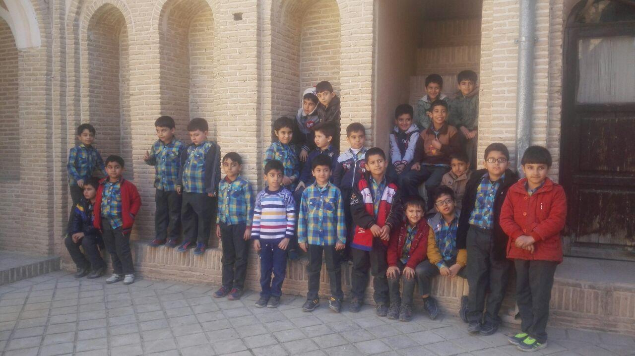 بازدید دانش آموزان دبستان پسرانه شاهد آل یاسین از خانه تاریخی تیزنو